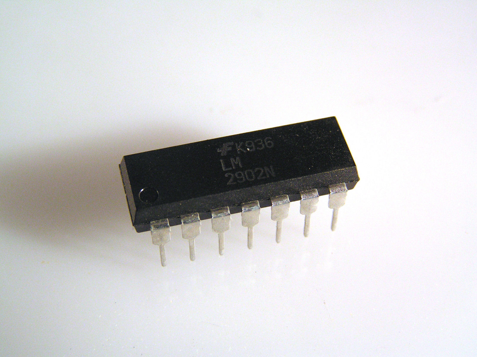 Fairchild LM2902N Quad Operational Amplifier 14 DIP OM0008H 1 piece