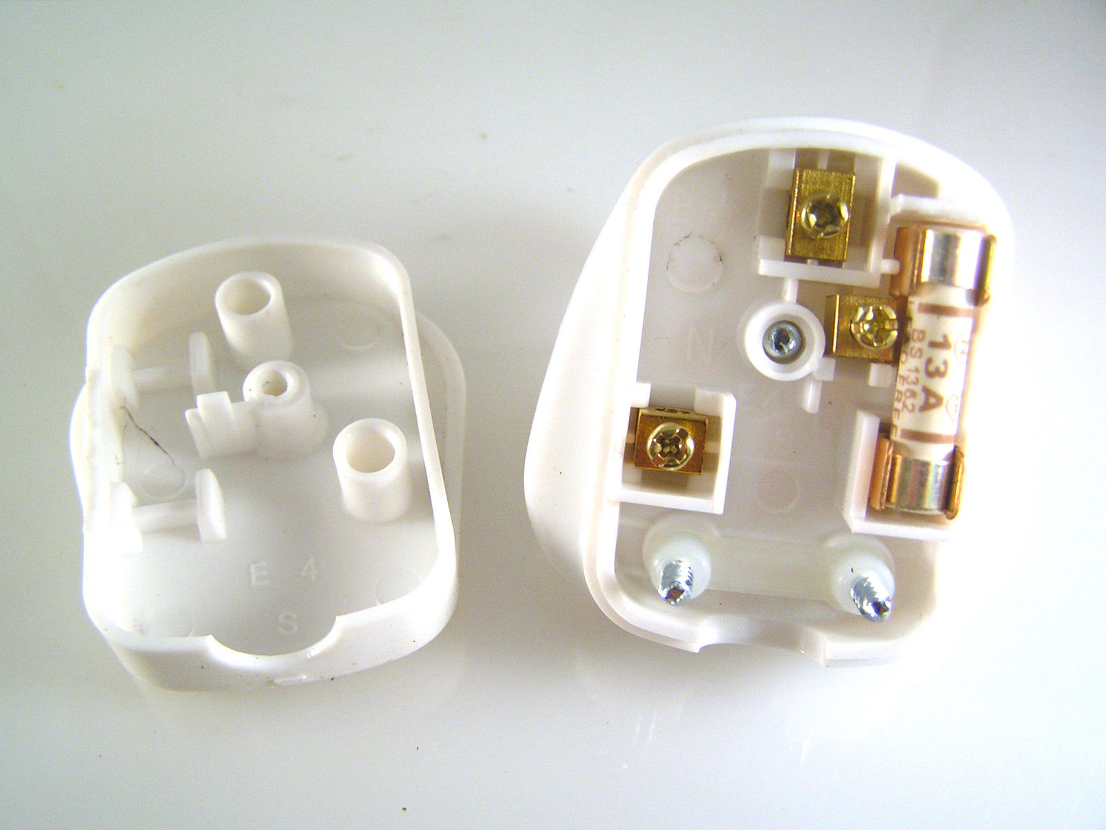 Pms Uk White 3 Pin Plug 250v 13a Fuse Kite Mark  Bs 1363  A Om1048